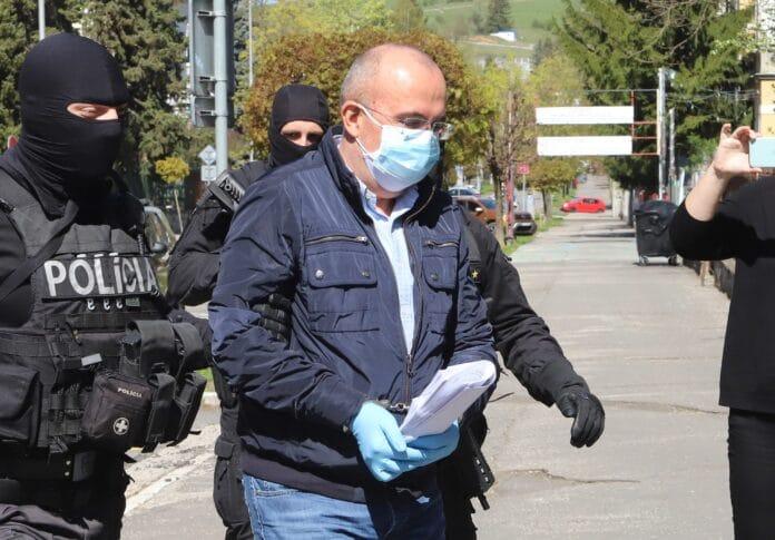 Eskorta privádza exšéfa Správy štátnych hmotných rezerv SR Kajetána Kičuru na Špecializovaný trestný súd v Banskej Bystrici 23. apríla 2020. (Foto: TASR)