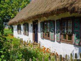 Wiejska chata w skansenie w Maurzycach pod Łowiczem